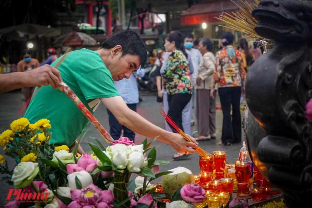 Việc đeo khẩu trang tại chùa vẫn chưa được đảm bảo, nhiều người còn tháo khẩu trang khi vào viếng chùa