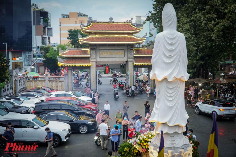 Tại chùa Vĩnh Nghiêm, nơi đây tập trung đông người dân dến dâng hoa hơn các ngôi chùa khác bới sự nổi tiếng và vị trí đi lại thuận tiện