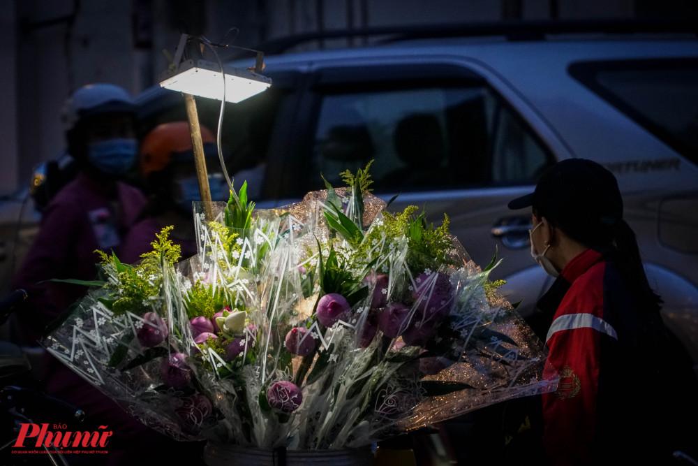 Ven đường, những xe hoa sen có giá từ 15.000-45.000 đồng tùy từng loại hoa và số lượng hoa của bóđược bày bán rất đẹp mắt