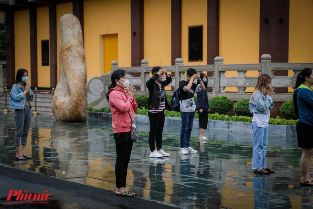 Không quên đeo khẩu trang đi đến chùa lễ Phật
