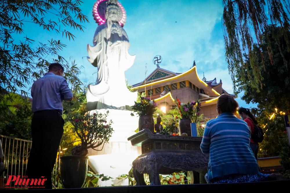 Tại chùa Xá Lợi (phường 7, quận 3), người dân đến dâng hương chủ yếu là công nhân công sở, tìm đến chùa cầu an cho gia đình.