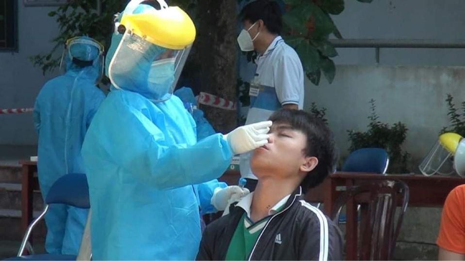 Một thí sinh được lấy mẫu xét nghiệm tại Đà Nẵng (ảnh Anh Văn)