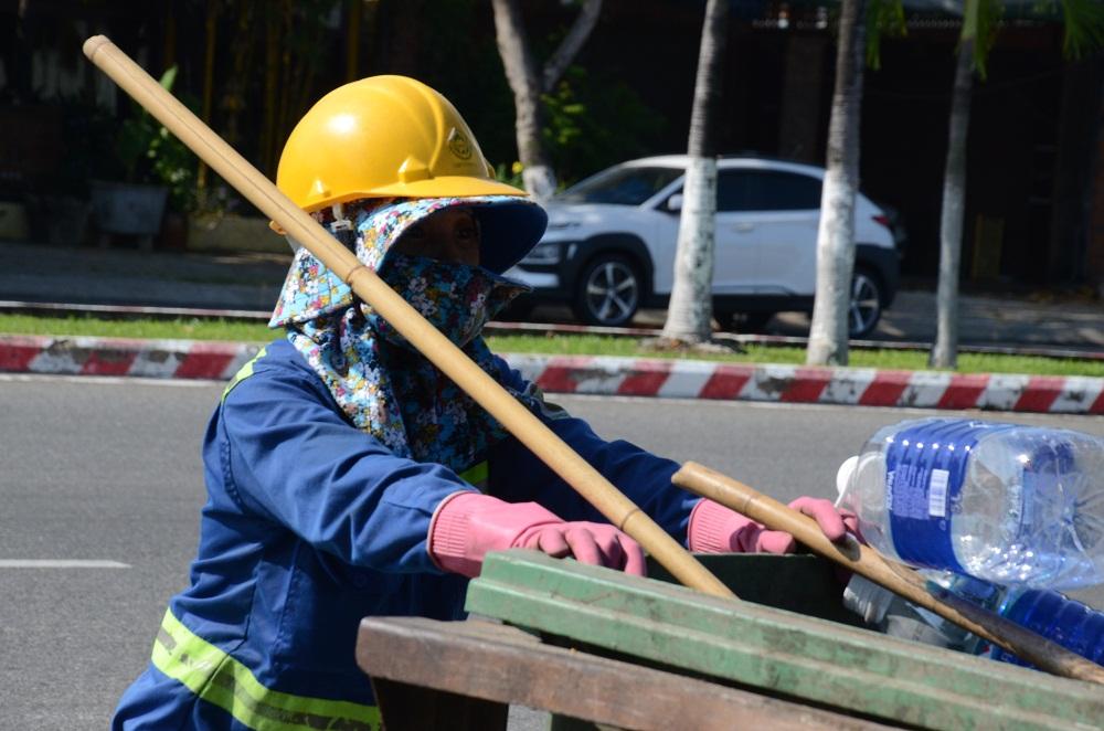 Sự vất vả của những người công nhân môi trường vất vả ngày đêm thu gom và xử lý rác để tránh lây lan dịch bệnh