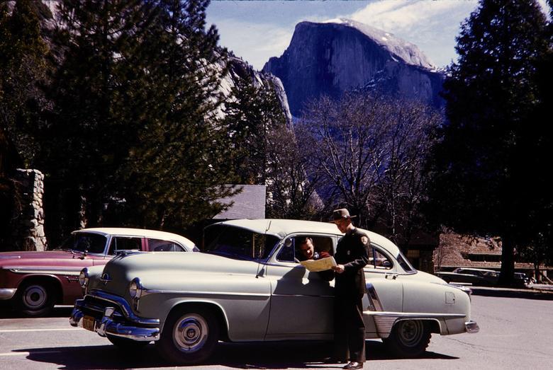 Một nhân viên kiểm lâm chỉ đường tại vườn quốc gia Yosemite, California.