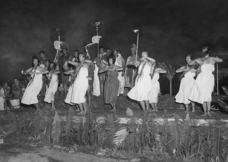 Một nhóm người trong trang phục Hawaii truyền thống biểu diễn hula trên sân khấu tại Công viên Quốc gia Núi lửa Hawaii, ở Hawaii.