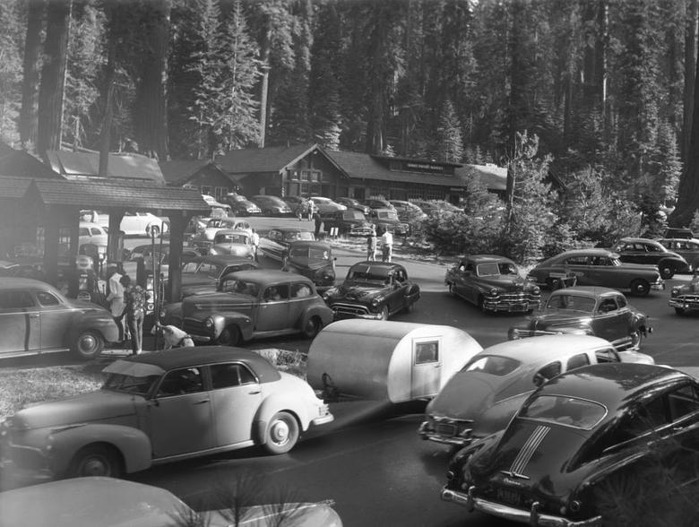 Giao thông tắc nghẽn tại Trạm xăng Giant Forest tại Vườn quốc gia Sequoia, hạt Tulare, California.