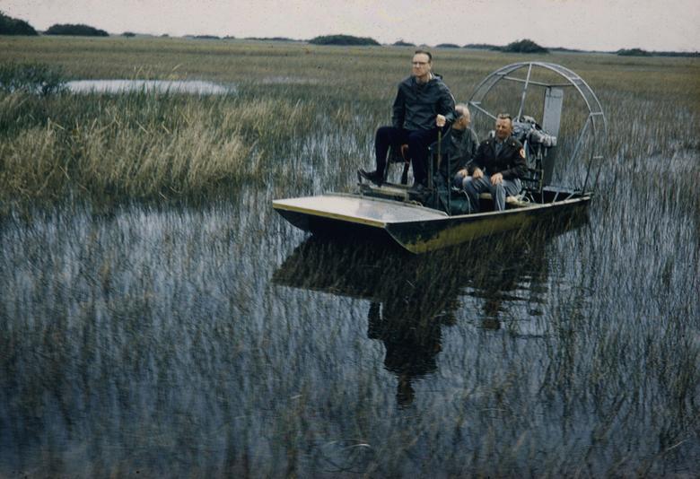 Lực lượng bào vệ công viên quốc gia lái một chiếc tàu cánh quạt để kiểm tra khu vực nằm trong Vườn quốc gia Everglades.