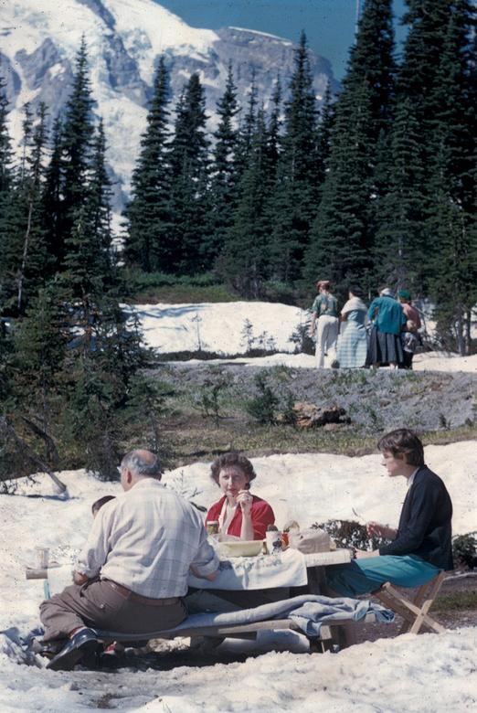 Một gia đình tận hưởng những giây phút thoải mái tại khu cắm trại Paradise, xung quanh được bap phủ bởi tuyết trắng, rừng lá kim, những vách núi sừng sững trông rất thơ mộng.