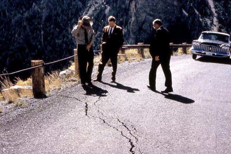 3 chuyên gia đang khảo sát vết nứt trên mặt đường sau 1 trận động đất xảy ra tại công viên quốc gia Yellowstone, Montana. Khu vực này là ồ Hebgen. Trận động đất năm 1959 là sự kiện địa chấn lịch sử xảy ra tại đây.