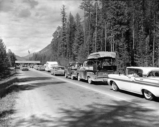 Công iên Glacier là một điểm tham quan rất nổi tiếng nên dịp cuối tuần xe cộ phải đậu thành một hàng dài.