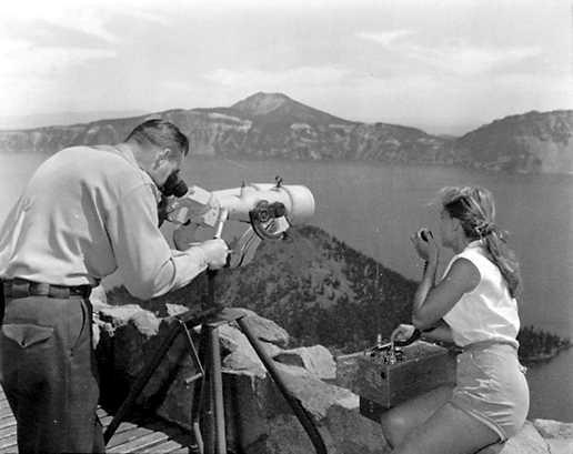 Người trông coi đám cháy ở công viên và vợ của anh ta tiếp tục kiểm tra đám cháy trong một khu rừng nhỏ bằng cách sử dụng kính viễn vọng công suất cao và radio để liên lạc tại tháp cứu hỏa canh gác ở Công viên Quốc gia Crater Lake, Oregon.