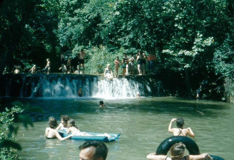 Du khách tắm tại thác Little Niagara nằm trong khuôn viên Khu giải trí quốc gia Chickasaw là khu vực giải trí quốc gia nằm ở chân đồi của dãy núi Arbuckle ở phía nam trung tâm Oklahoma