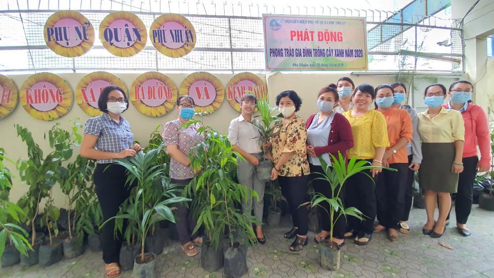 Hội LHPN tặng cây xanh, cây kiểng cho gia đình hội viên phụ nữ