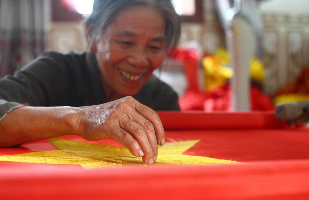 Bà Thục - thợ thêu cờ lớn tuổi nhất