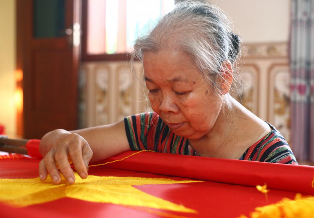 Bà Tịnh - tay thêu cờ lão luyện của làng