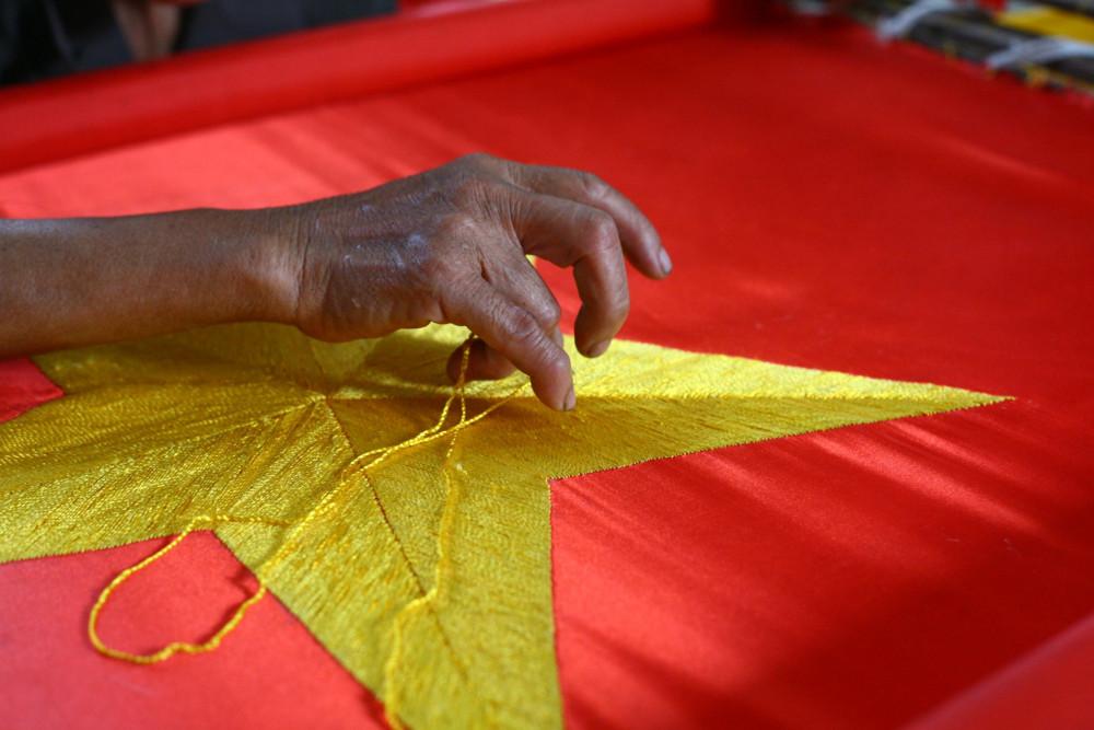 Bàn tay này bắt đầu thêu cờ Tổ quốc từ khi mới mười tuổi