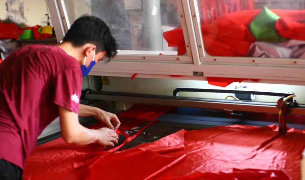 Với công đoạn cắt, anh Phục đã đầu tư hai máy cắt lase để tăng năng suất, giải phóng sức lao động