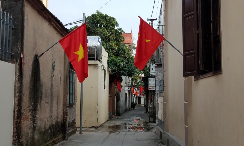Cờ đỏ sao vàng hiện diện ở khắp các ngõ nhỏ của làng Từ Vân