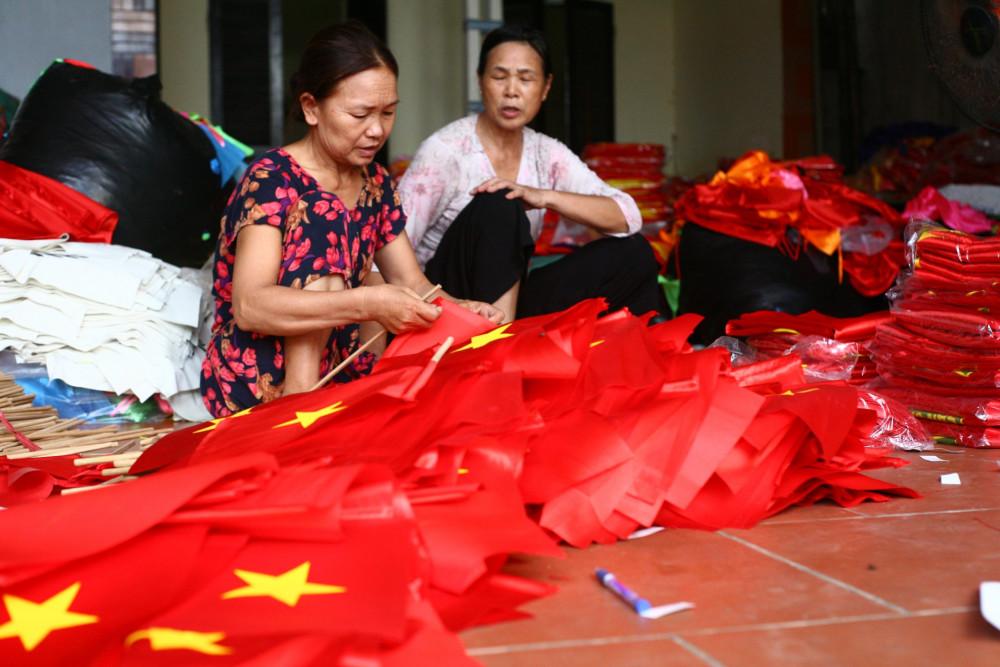 Các tay thợ trong xưởng làm cờ nhà anh Phục