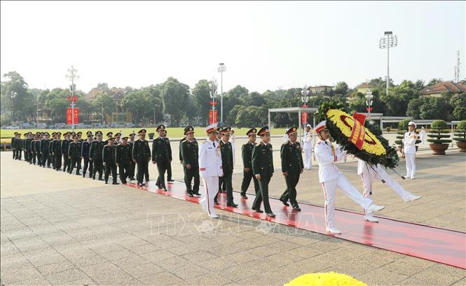 Đoàn đại biểu Quân ủy Trung ương và Bộ Quốc phòng đến đặt vòng hoa và vào Lăng viếng Chủ tịch Hồ Chí Minh.
