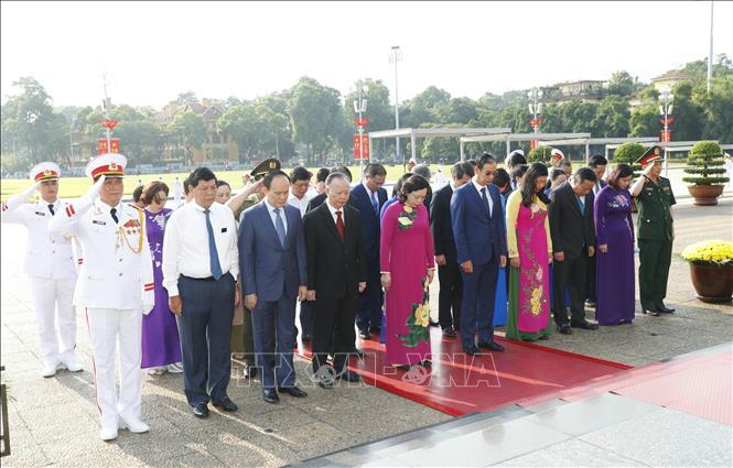 Đoàn đại biểu Thành uỷ, HĐND, UBND, Uỷ ban MTTQ Việt Nam thành phố Hà Nội đến đặt vòng hoa và vào Lăng viếng Chủ tịch Hồ Chí Minh. Ảnh: Doãn Tấn/TTXVN