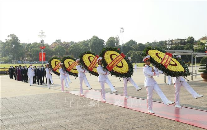 Đoàn đại biểu các đồng chí lãnh đạo, nguyên lãnh đạo Đảng, Nhà nước, MTTQ Việt Nam đến đặt vòng hoa và vào Lăng viếng Chủ tịch Hồ Chí Minh.Ảnh: Doãn Tấn/TTXVN