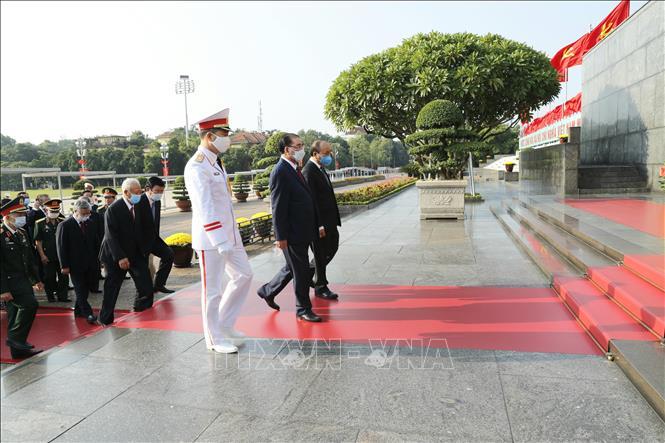 Đoàn đại biểu các đồng chí lãnh đạo, nguyên lãnh đạo Đảng, Nhà nước, MTTQ Việt Nam đến đặt vòng hoa và vào Lăng viếng Chủ tịch Hồ Chí Minh. Ảnh: Doãn Tấn/TTXVN