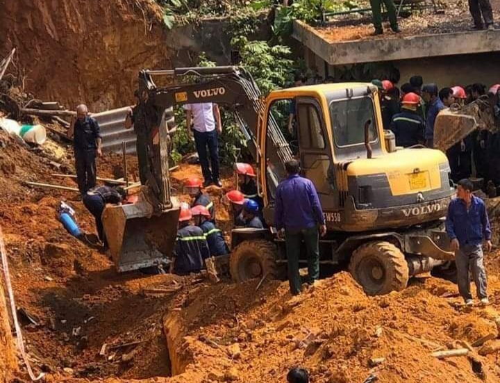 Lực lượng chức năng đang tiến hành đào bới khu vực sập, tìm kiếm nạn nhân.