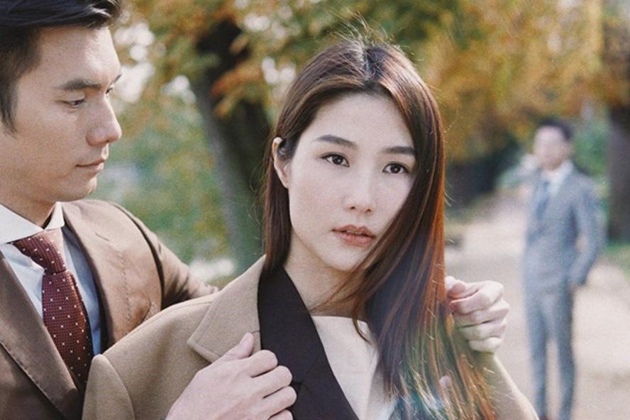 Diễm My trong những tập đầu phim là cô gái từ mang ơn Phong giỏi giang trong công việc, liên tục lập công với sếp.