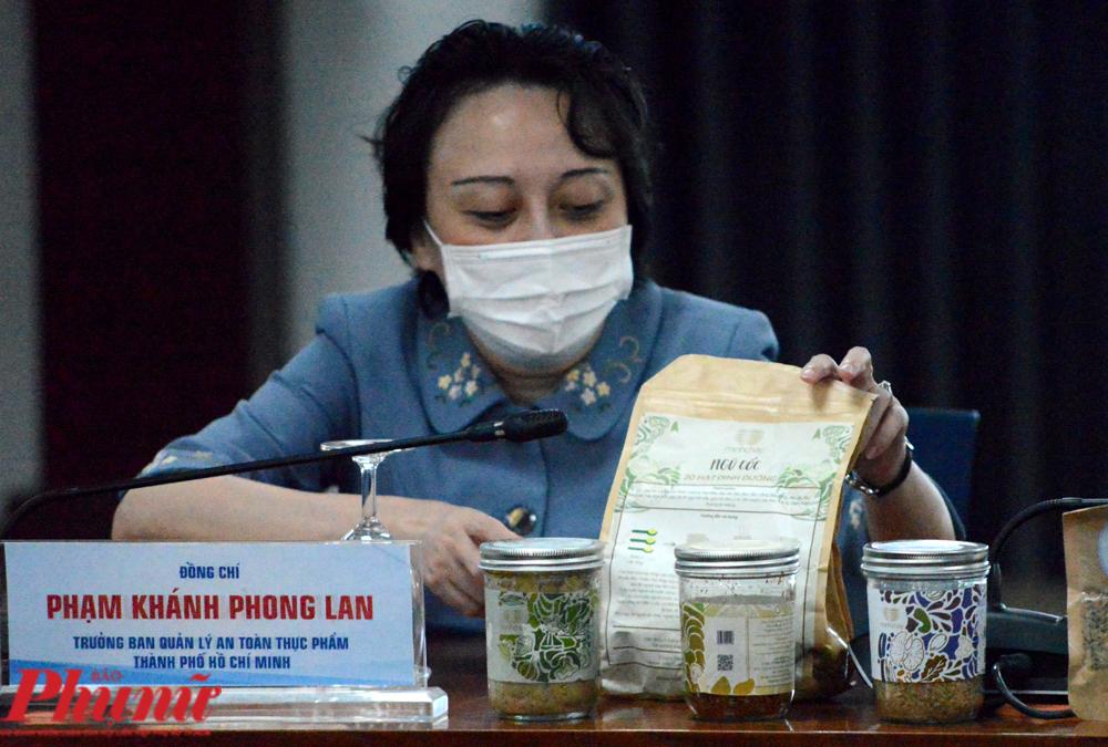 Bà Phạm Khánh Phong Lan - Trưởng Ban quản lý An toàn thực phẩm TP.HCM đã mang đến cuộc họp báo một số sản phẩm của công ty Lối sống mới