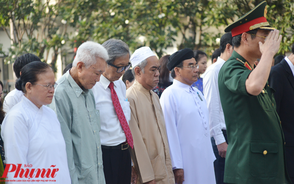 Các đại biểu nhân sĩ trí thức, tôn giáo, dân tộc tham dự Lễ dâng hương, dâng hoa Chủ tịch Hồ Chí Minh.