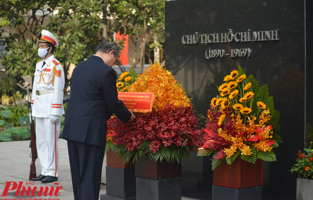 Bí thư Thành ủy Nguyễn Thiện Nhân dâng hoa Chủ tịch Hồ Chí Minh tại công viên Tượng đài Chủ tịch Hồ Chí Minh sáng 1/9/2020