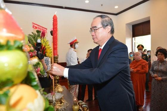 Bí thư Nguyễn Thiện Nhân dâng hương Chủ tịch Hồ Chí Minh. Ảnh: Việt Dũng