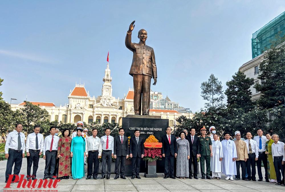 Đoàn đại biểu lãnh đạo TP.HCM tại công viên Tượng đài Chủ tịch Hồ Chí Minh sáng 1/9/2020.