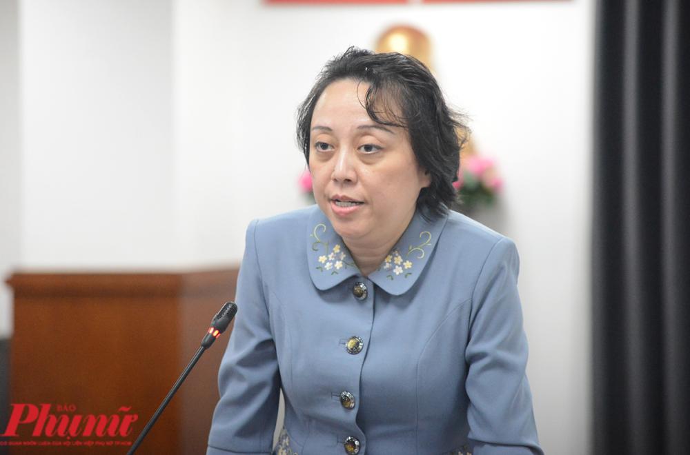 Bà Phạm Khánh Phong Lan - Trưởng Ban quản lý An toàn thực phẩm TPHCM - mang đến cuộc họp báo một số sản phẩm của Công ty TNHH hai thành viên Lối sống mới vừa thu hồi