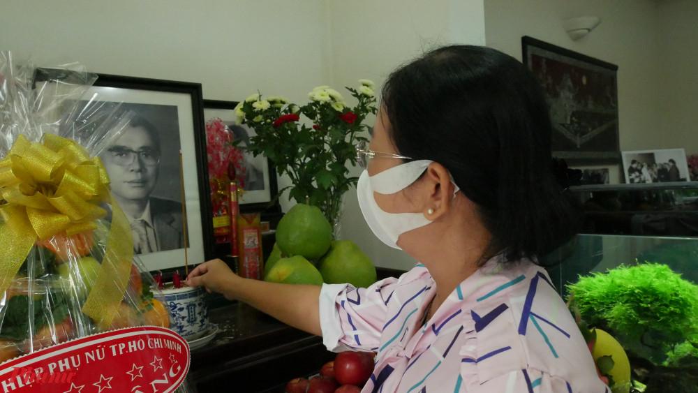 Bà Đỗ Thị Chánh - Phó Chủ tịch Hội LHPN TPHCM thắp hương cố Tổng Bí thư Nguyễn Văn Linh