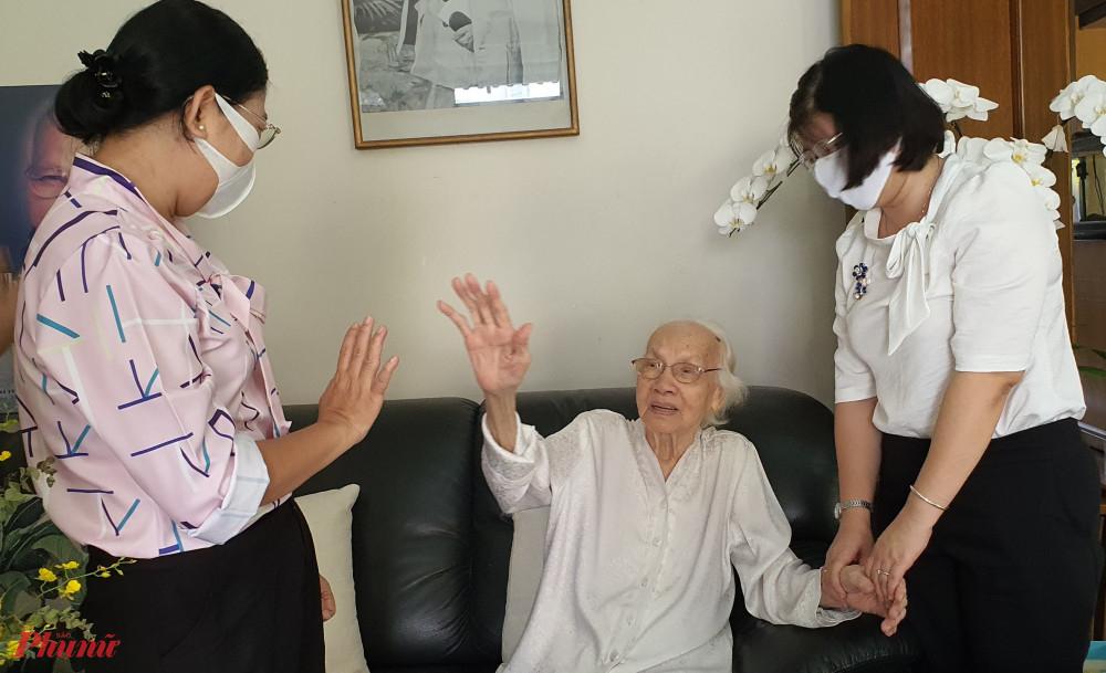 cụ bà Ngô Thị Huệ vui mừng được gặp và trò chuyện cùng các chị cán bộ Hội LHPN TPHCM