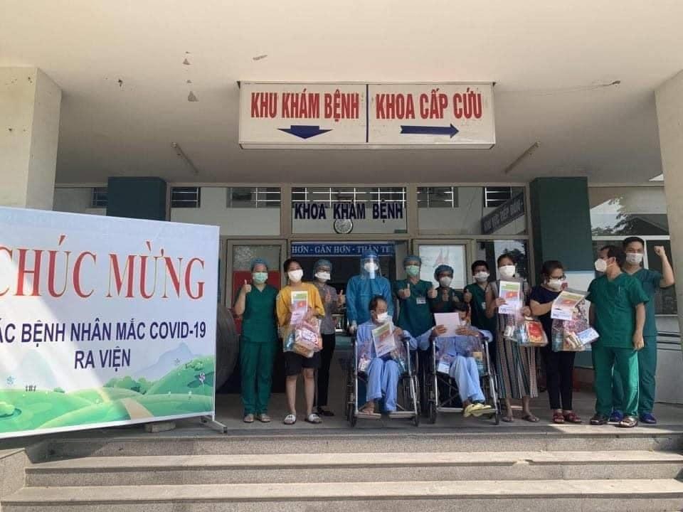 Các bệnh nhân ra viện tại Bệnh viện Dã chiến Hòa Vang