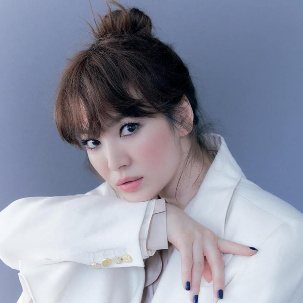 Thường trung thành với mái tóc uốn xoăn bồng bềnh xõa ngang lưng nhưng mỹ nhân Song Hye Kyo đã khiến khán giả bất ngờ khi lột xác với tóc mái cổ điển trong mùa hè-thu 2020. Nữ diễn viên sử dụng kiểu tóc mái ngược kiểu Pháp, hơi khác so với hình dáng tóc mái bằng thường được chị em ưa chuộng.