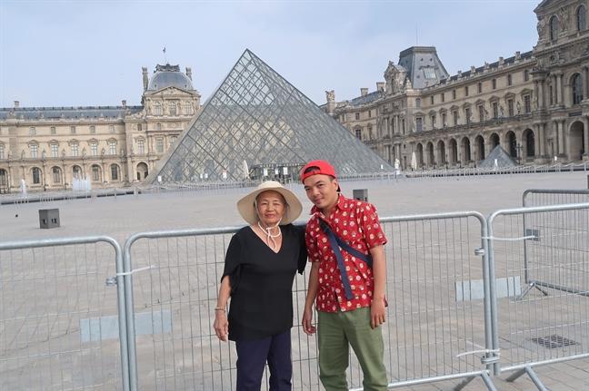 Anh Phạm Dũng ( Q12, TP.HCM) đưa người mẹ quê ở Bình Thuận đi 13 nước trên thế giới. Năm nay bà 74 tuổi và kế hoạch du lịch của đôi bạn mới chỉ tạm dừng vì COVID-19