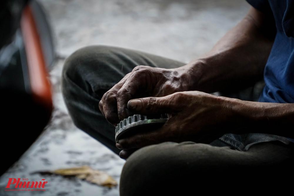 Đôi bàn tay luôn lấm lem dầu nhớt của chàng trai đam mê tặng xe cho người nghèo