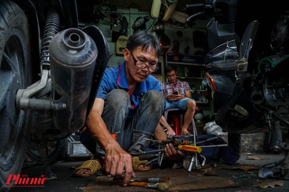 Hiện tại, do nhu cầu đi xe đạp không còn nhiều như trước, nên tiệm anh Thái sửa xe máy là chủ yếu