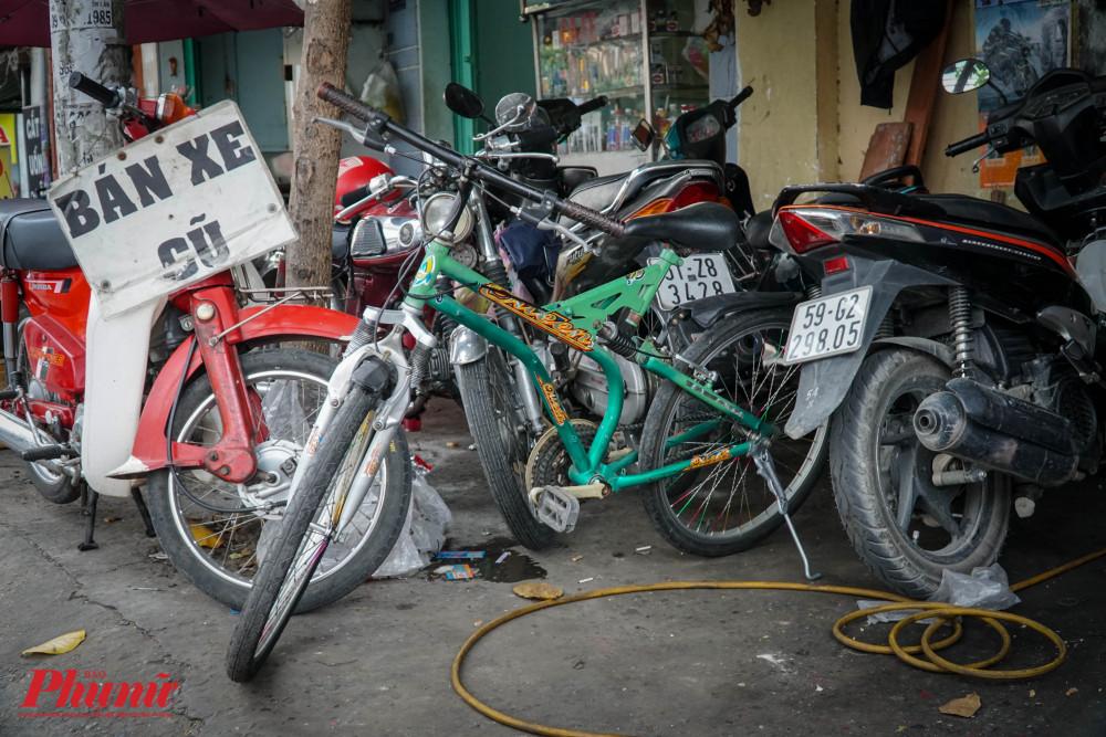 Chiếc xe đạp xinh xắn trong tiệm sửa xe của anh Thái
