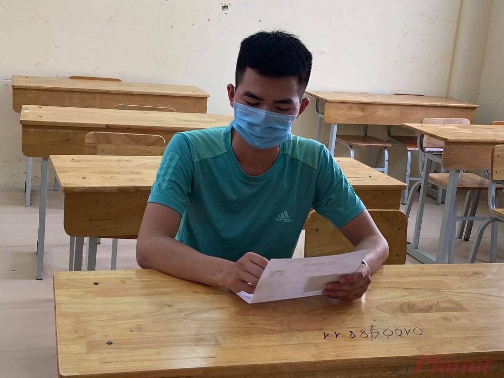 Thí sinh làm thủ tục dự thi tốt nghiệp THPT đợt 2 tại Hà Nội