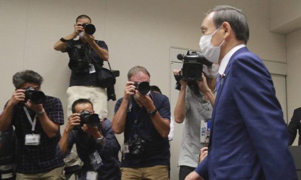 Là một người cầu toàn và cứng nhắc, ông Suga được giới truyền thông đặt cho biệt danh Bức tường thép -AP Photo/Koji Sasahara