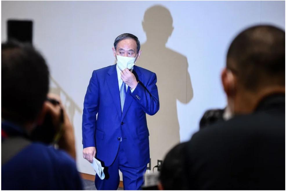 Liệu ông Suga có thoát khỏi cái bóng của thủ tướng Abe để lèo lái nước Nhật qua cơn khủng hoảng kinh tế thời COVID-19? - Ảnh: