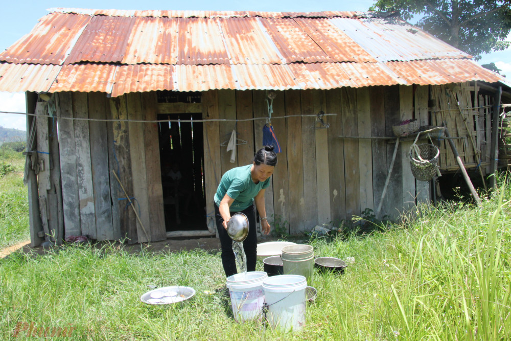 Hộ gia đìnhbà Triệu Thị Tam sống trong căn nhà ván tạm bợ nhưng không được gia hạn hộ nghèo