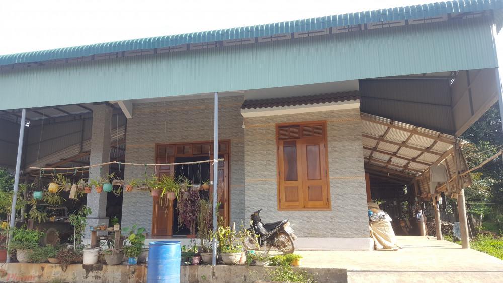 Hộ ông Nông Xuân Chính sống trong căn nhà kang trang này nhưng vẫn được nhận tiền hỗ trợ