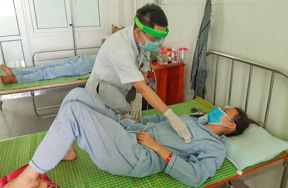 Một trong 3 người đang được điều trị nghi do ăn pate Minh Chay. Ảnh do BV cung cấp.