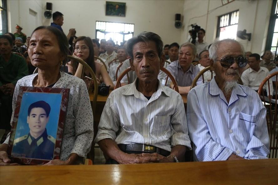ừ phải qua Ông Khổng Văn Đệ, ông Trần Ngọc Chinh và người đại diện của ông Trần Trung Thám (t) tại buổi xin lỗi công khai hồi tháng 10-2019.